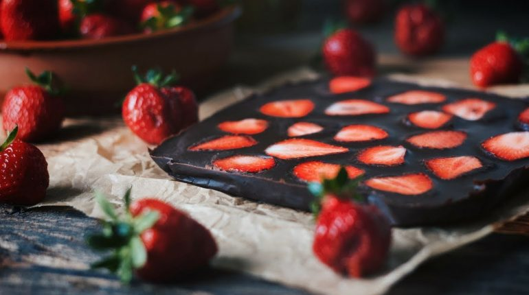 Homemade Dark Chocolate with Strawberries - sweetened with Dates / Paleo / Grain-free / Gluten-free
